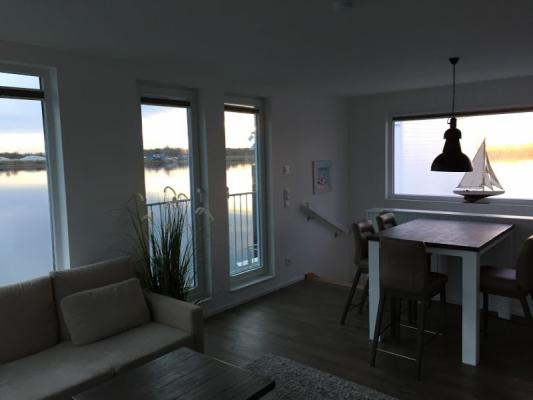 Schwimmendes Ferienhaus in Olpenitz Blick zum Tisch