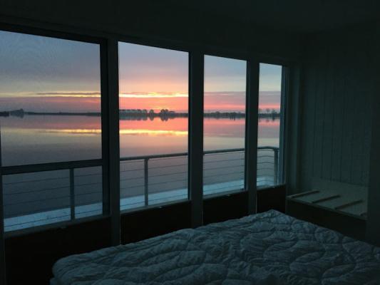 Schwimmendes Ferienhaus in Olpenitz Ostsee Sonnenuntergang durchs Fenster