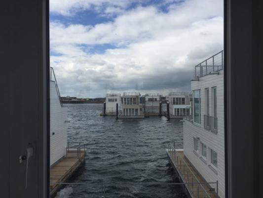 Schwimmendes Ferienhaus in Olpenitz Blick zwischen den Booten
