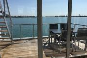 Schwimmendes Ferienhaus in Olpenitz Tisch auf Deck