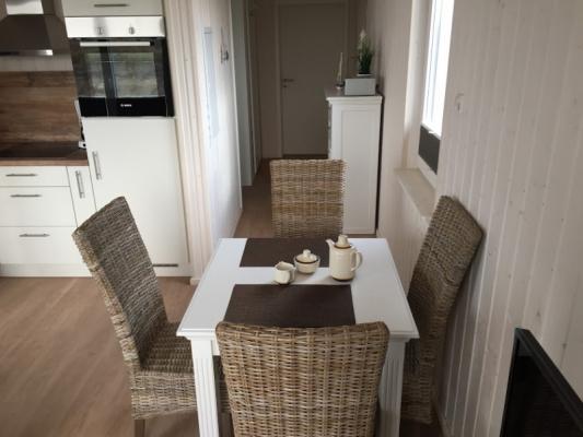 Ferienhaus Olpenitz mit 2 Zimmern Tisch mit Stühlen