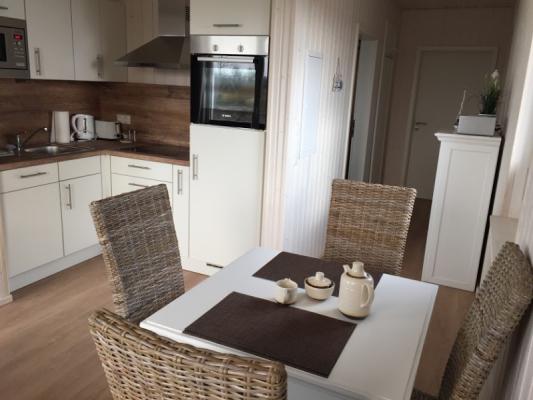 Ferienhaus Olpenitz mit 2 Zimmern Tisch und Stuhl