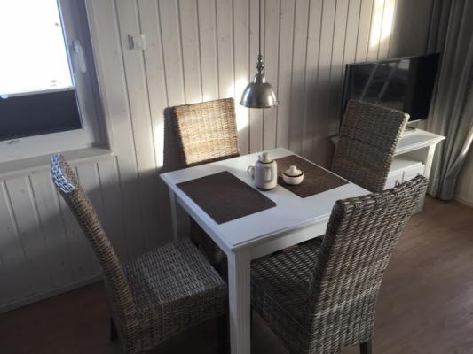 Ferienhaus Olpenitz mit 2 Zimmern Tisch seitlich