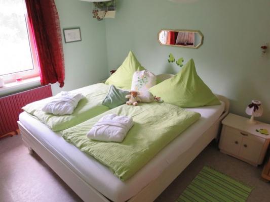 ferienhof-landfrieden-vollerwiek-ferienwohnung-stoertebecker-Schlafzimmer